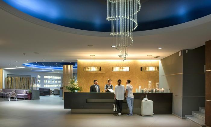 Hotel que permitiu furto de mala durante o check-in indenizará prejuízo de hóspede